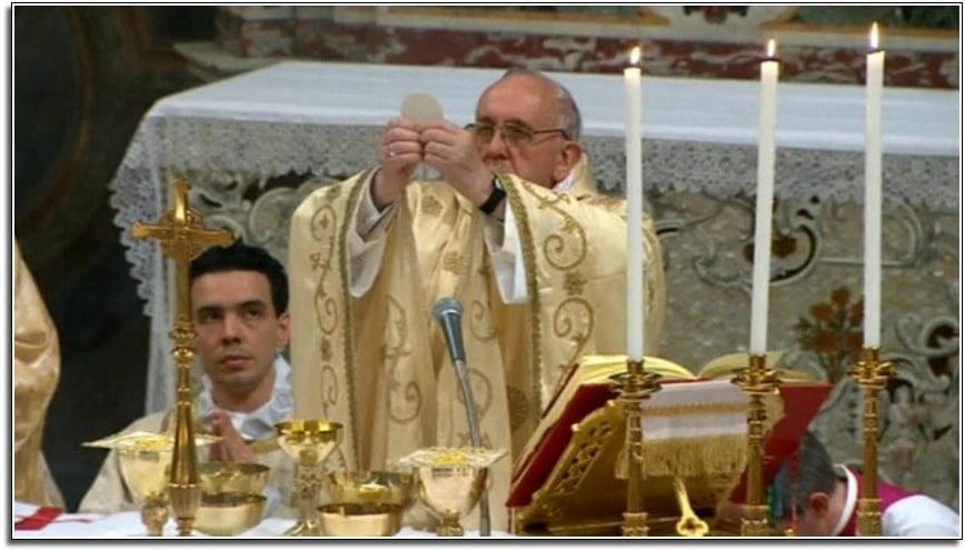 Le pape François célébrant l'Eucharistie