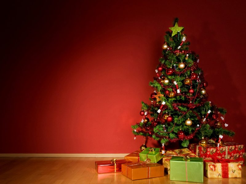 christmas-tree-with-christmas-presents